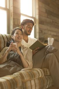 ソファーでくつろぐ男性と女性の写真素材 [FYI02968699]