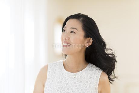 遠くを見つめる女性の写真素材 [FYI02968703]