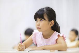 塾で授業を受ける女の子の写真素材 [FYI02968705]