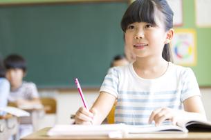 教室で授業を受ける小学生の女の子の写真素材 [FYI02968708]