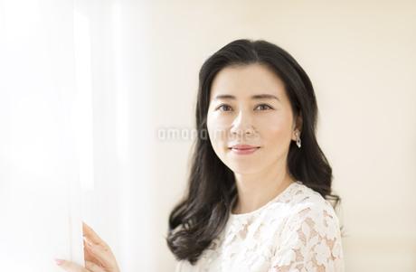 カーテンを開ける女性の写真素材 [FYI02968709]