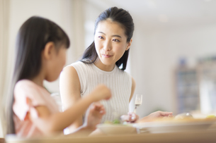 食事を楽しむ親子の写真素材 [FYI02968710]