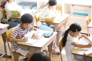 教室で授業を受ける小学生たちの写真素材 [FYI02968715]