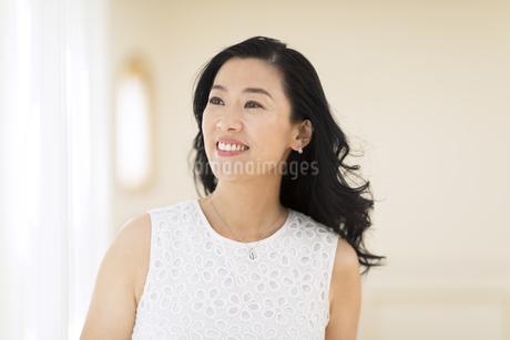 遠くを見つめる女性の写真素材 [FYI02968717]