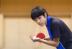 卓球をする男子学生の写真素材 [FYI02968723]