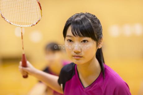 バドミントンをする女子学生の写真素材 [FYI02968725]