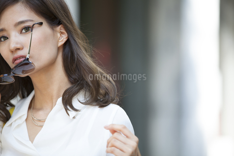 サングラスを外す女性の写真素材 [FYI02968731]