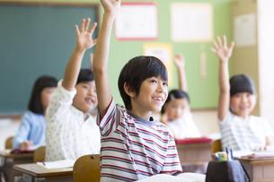 授業中に手を上げる小学生たちの写真素材 [FYI02968732]