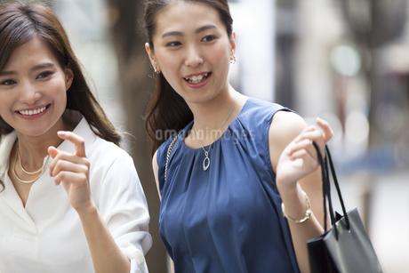 ショッピングを楽しむ女性2人の写真素材 [FYI02968738]