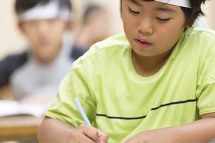 塾の合宿で授業を受ける男の子の写真素材 [FYI02968740]