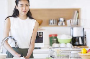 キッチンで食器を洗う女性の写真素材 [FYI02968741]