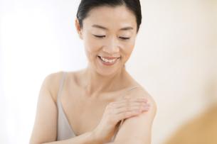 腕をマッサージする女性の写真素材 [FYI02968745]