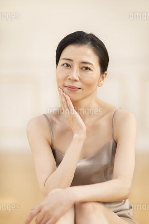 頬に片手を添える女性の写真素材 [FYI02968746]