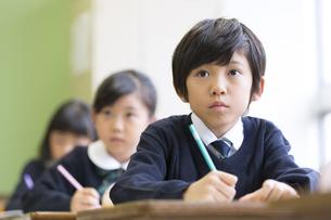 教室で授業を受ける小学生の男の子の写真素材 [FYI02968747]