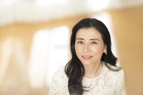 微笑む女性の写真素材 [FYI02968748]
