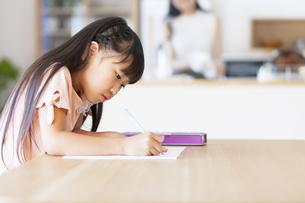 勉強をする女の子の写真素材 [FYI02968750]