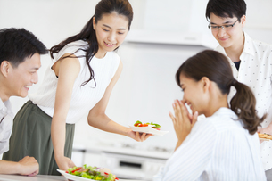 食事を用意する女性と男性の写真素材 [FYI02968753]