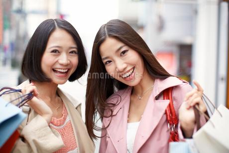 ショッピング中の女性二人のポートレートの写真素材 [FYI02968759]