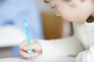 授業を受ける小学生の女の子の横顔の写真素材 [FYI02968760]