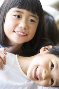 重なって笑う小学生の女の子2人の写真素材 [FYI02968762]