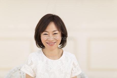 椅子に座って笑う女性の写真素材 [FYI02968765]