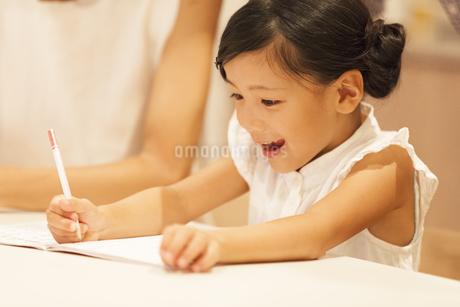 勉強をする女の子の写真素材 [FYI02968769]