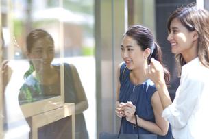 ウィンドウショッピングを楽しむ女性2人の写真素材 [FYI02968772]