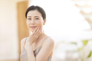 頬に片手を添える女性の写真素材 [FYI02968773]