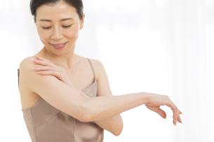 腕をマッサージする女性の写真素材 [FYI02968774]
