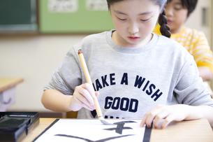 習字の授業を受ける女の子の写真素材 [FYI02968775]