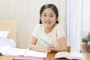 家で勉強をする女の子の写真素材 [FYI02968776]