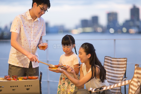 バーベキューを楽しむ家族の写真素材 [FYI02968777]