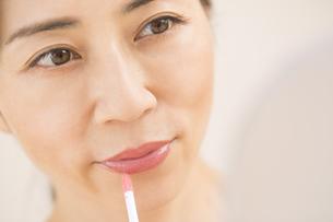 口紅を塗る女性の写真素材 [FYI02968778]