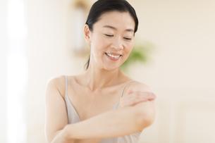 腕をマッサージする女性の写真素材 [FYI02968779]
