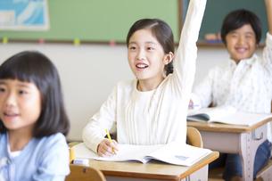 授業中に手を上げる小学生たちの写真素材 [FYI02968782]