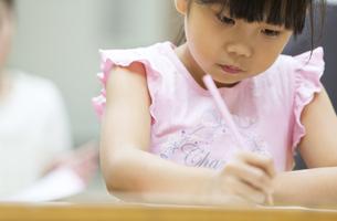 塾の合宿で授業を受ける女の子の写真素材 [FYI02968784]