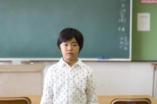 黒板の前に立つ男の子の写真素材 [FYI02968787]