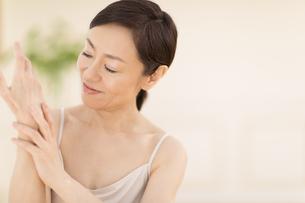 手をマッサージする女性の写真素材 [FYI02968791]