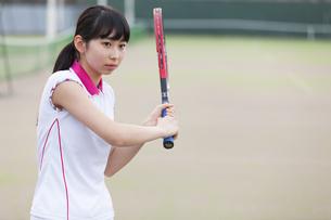 テニスをする女子学生の写真素材 [FYI02968792]