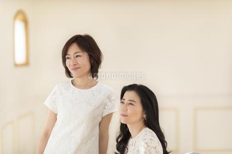 遠くを見つめる2人の女性の写真素材 [FYI02968793]