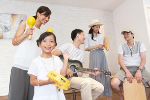 室内で楽器を持って演奏する家族の写真素材 [FYI02968796]