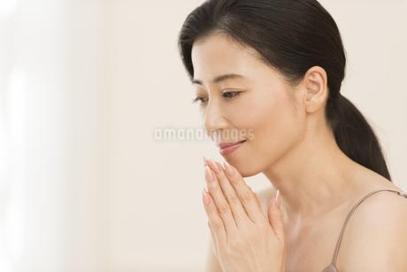 顎に手を添える女性の写真素材 [FYI02968799]