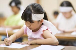 塾の合宿で授業を受ける女の子の写真素材 [FYI02968802]