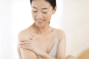 腕をマッサージする女性の写真素材 [FYI02968803]