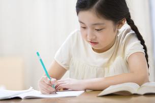 家で勉強をする女の子の写真素材 [FYI02968804]