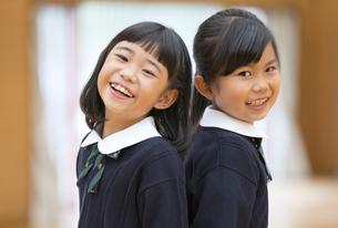 体育館で笑う小学生の女の子2人の写真素材 [FYI02968806]