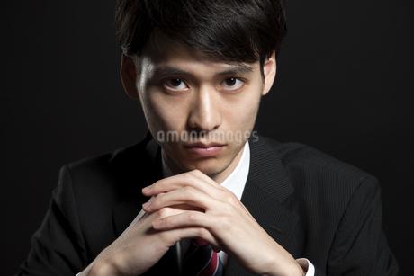 手を組むビジネス男性の写真素材 [FYI02968807]