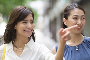 街角で指を指す女性2人の写真素材 [FYI02968809]