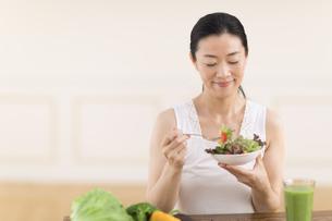 サラダを食べる女性の写真素材 [FYI02968810]