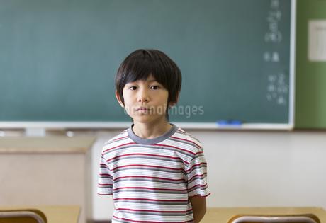 黒板の前に立つ男の子の写真素材 [FYI02968816]